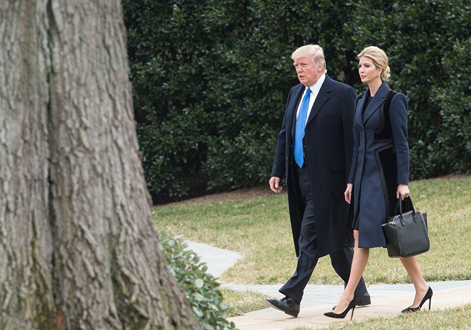 Президент США Дональд Трамп с дочерью Иванкой Трамп идут на борт Marine One в Белом доме, Вашингтон. 1 февраля 2017