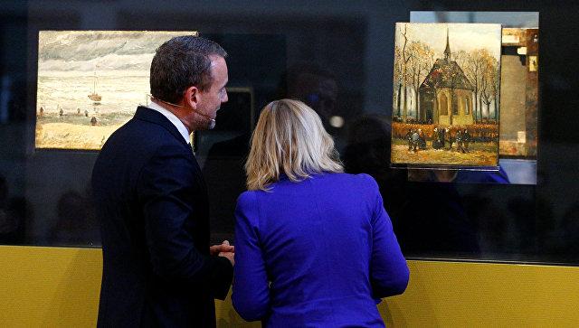 Алекс Рюгер и Джет Буссемакер показывают украденные в 2002 году и возвращенные обратно в музей картины Винсента Ван Гога, Нидерланды