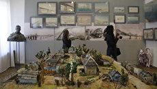 Выставка Крымский мост. Фантастическая реальность в Керчи. На переднем плане: макет района Цементная Слободка в Керчи