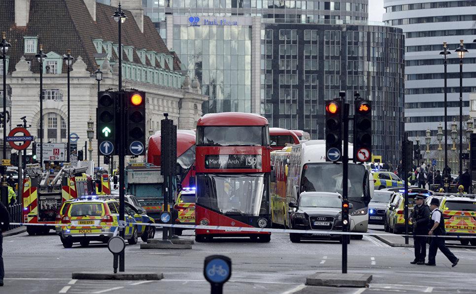 Полицейские недалеко от здания Парламента Лондона, где произошла стрельба, Великобритания. 22 марта 2017