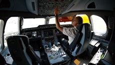 Пилот в кабине дальнемагистрального пассажирского самолета Airbus A350 XWB