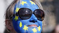 Изображение флага Евросоюза на лице женщины. Архивное фото