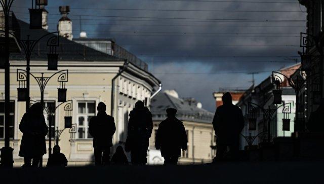 Прохожие в Камергерском переулке в Москве. Архивное фото