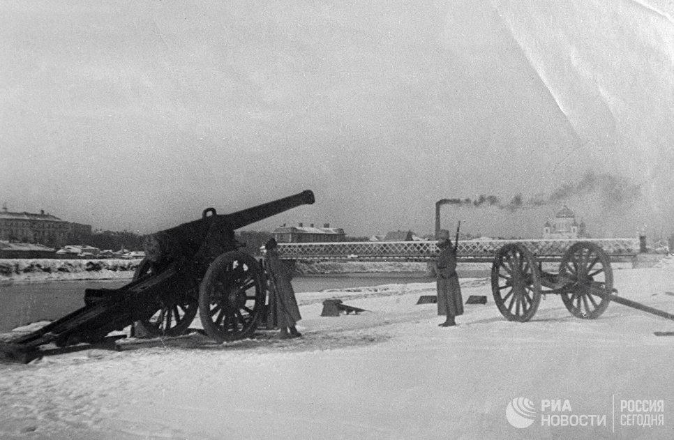 Орудия красногвардейцев у Крымского моста в Москве в дни Октябрьской революции