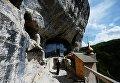 Священнослужитель накануне Пасхи в скальном мужском монастыре святого мученника Феодора Стратилата на горе Челтер-Коба в Бахчисарайском районе Крыма