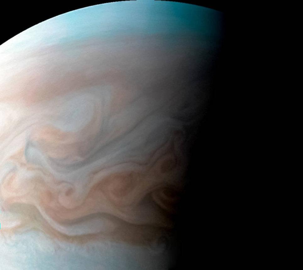 Турбулентная область к западу от Большого красного пятна на Юпитере, снятая зондом Juno