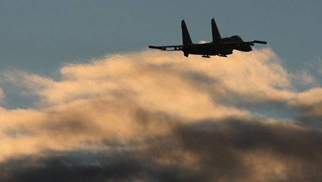 Полет истребителя Су-27. Архивное фото