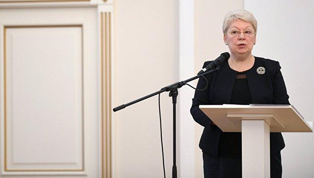 Медведев поручил проверить данные одолгах позарплатам преподавателей