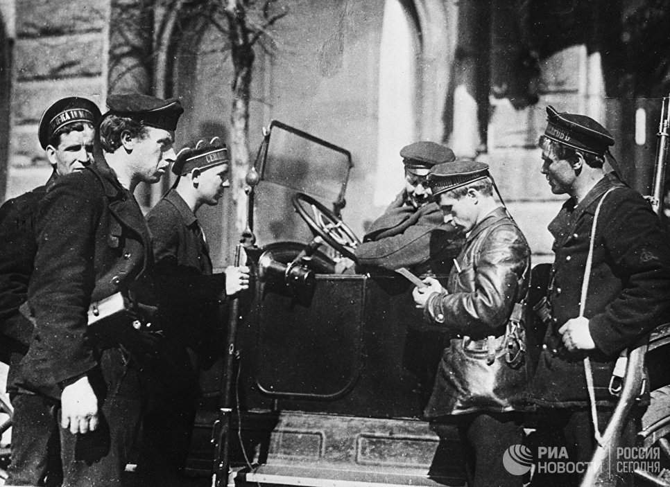 Патруль моряков на улицах Петрограда. 1917 год