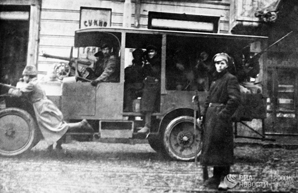 Победа Великой Октябрьской социалистической революции в Москве. Отряд красногвардейцев патрулирует улицы города.
