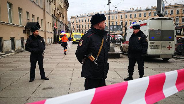 Полицейские у станции метро Сенная площадь в Санкт-Петербурге