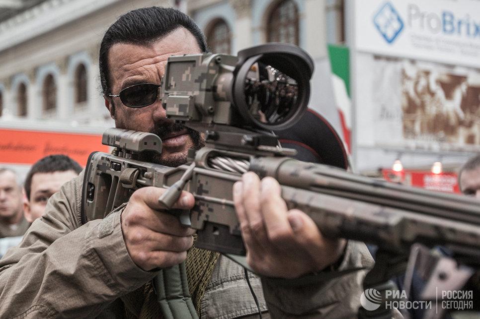 Американский актер Стивен Сигал осматривает экспонаты на международной выставке Оружие и охота в Московском Гостином дворе