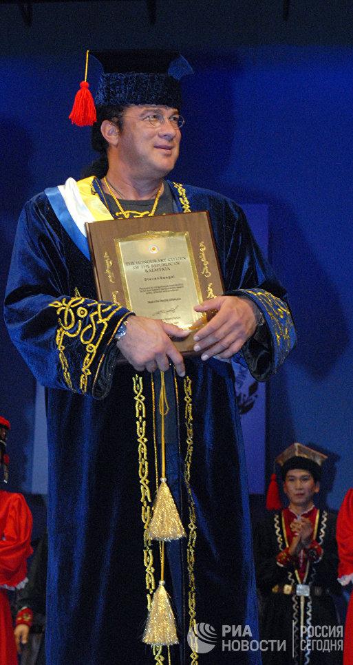 Знаменитый актер Стивен Сигал во время визита в Элисту