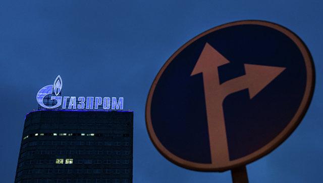 Логотип компании Газпром на административном здании в Москве