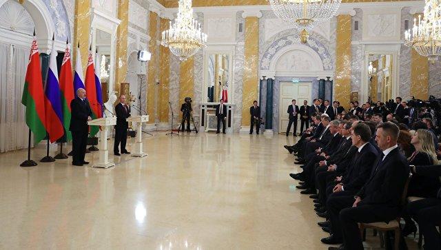 Президент РФ Владимир Путин и президент Белоруссии Александр Лукашенко во время встречи в Санкт-Петербурге. 3 апреля 2017
