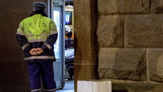 Сотрудники МЧС РФ выносят тела погибших в результате взрыва на станции Технологический институт в метро Санкт-Петербурга