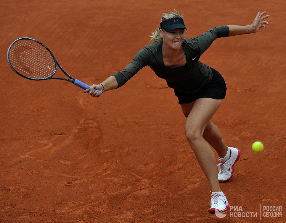 Россиянка Мария Шарапова во время матча 4-го круга Открытого чемпионата Франции по теннису среди женщин