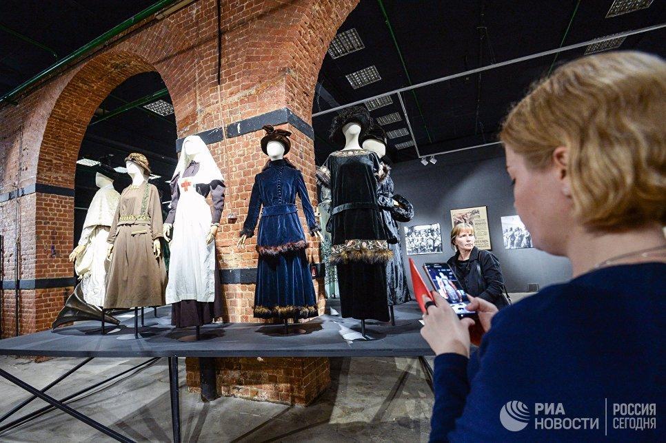 Посетители во время осмотра экспозиции выставки Москва. Мода и Революция в Музее Москвы