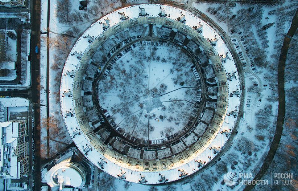 Вид на круглый дом на улице Довженко в Москве
