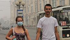 Жители Томска во время смога. Архивное фото