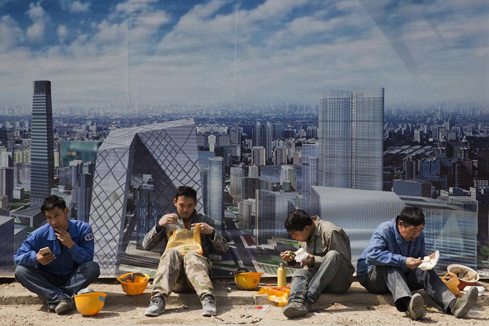 Рабочие во время обеденного перерыва на строительной площадке в Пекине