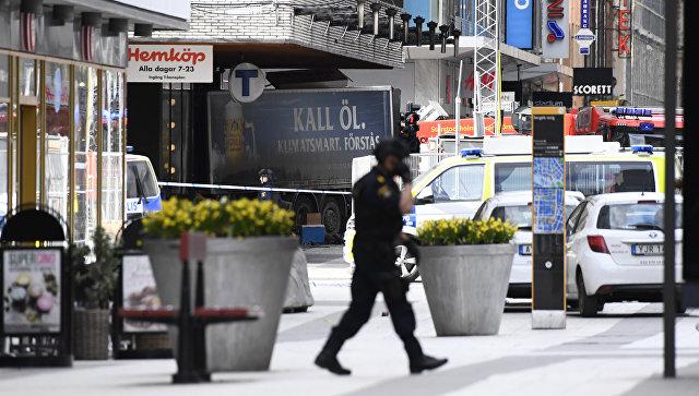 Полицейский на улице Дроттнинггатан в Стокгольме после наезда грузовика на людей. Архивное фото