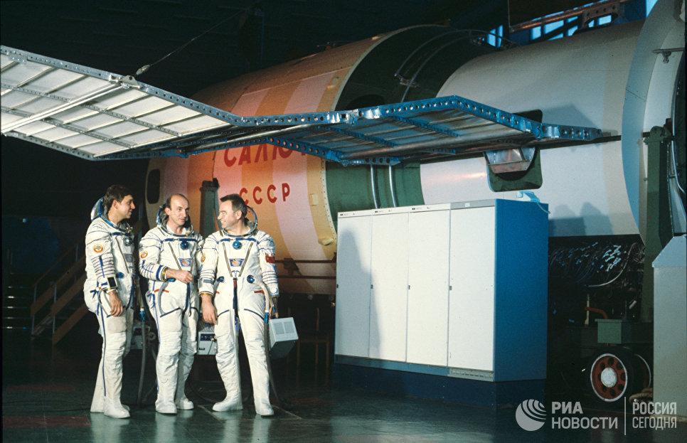 Члены экипажа космического корабля Союз Т-14: исследователь Александр Волков, командир корабля Владимир Васютин и бортинженер Георгий Гречко