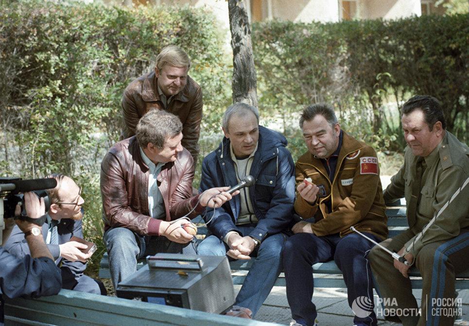 Летчики-космонавты Владимир Джанибеков и Георгий Гречко во время интервью