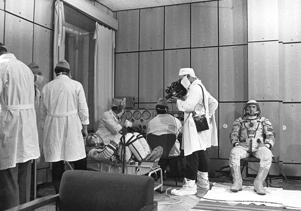 Экипаж космического корабля Союз Т-13 перед стартом