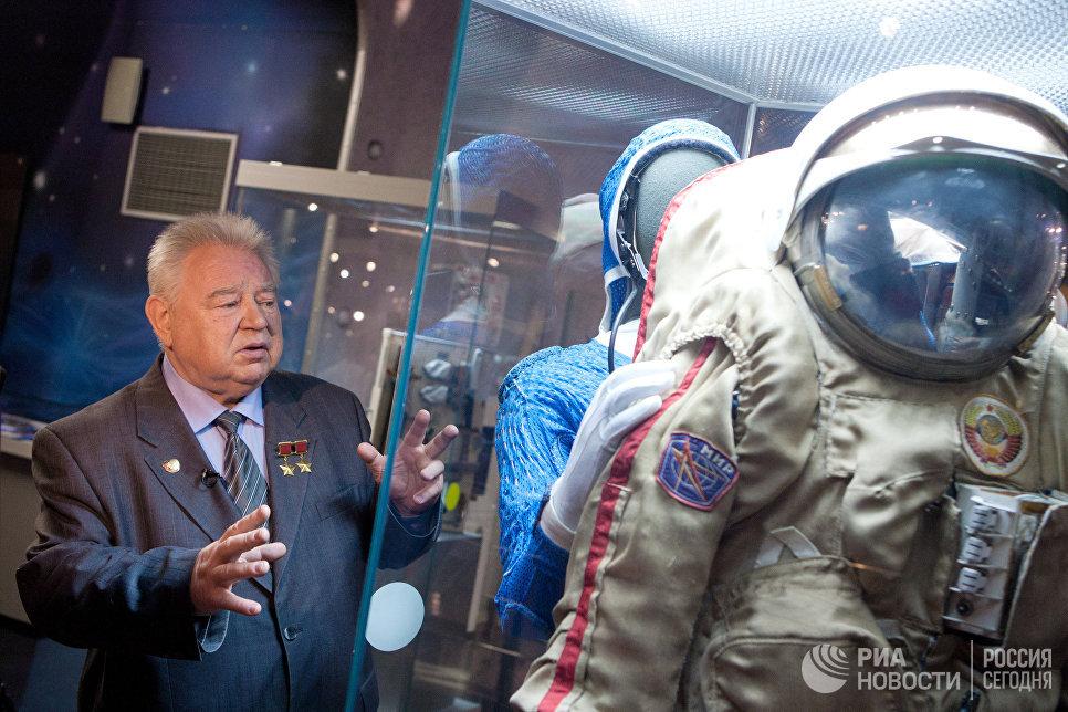 Космонавт Георгий Гречко рассказывает об одном из экспонатов на выставке Они были первыми в Москве