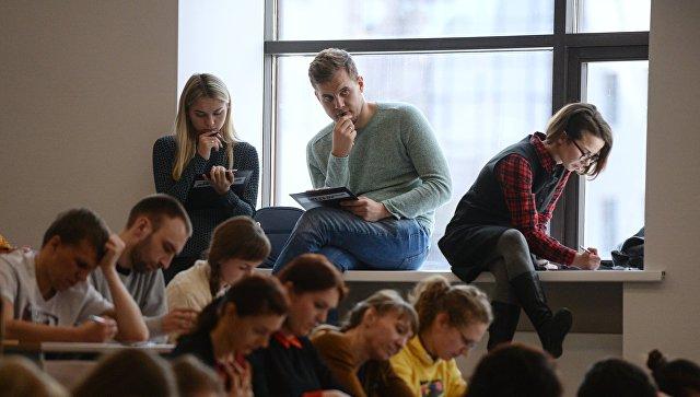 Участники во время ежегодной акции по проверке грамотности Тотальный диктант-2017 в аудитории Новосибирского государственного университета В Новосибирске