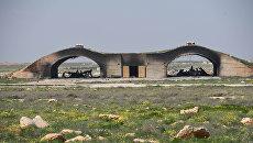 Остовы самолетов, сгоревших в результате ракетного удара США по авиабазе в Сирии. Архивное фото