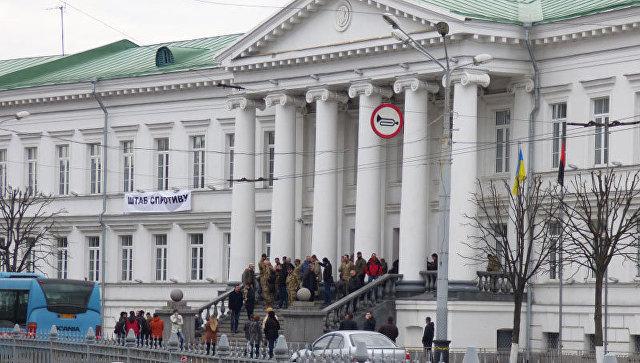 ВУкраинском государстве активисты блокируют входы в сооружение Полтавского городского совета