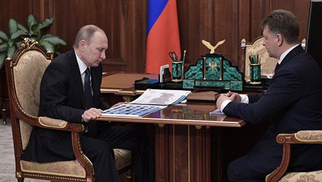 Президент РФ Владимир Путин и министр транспорта РФ Максим Соколов во время встречи. 10 апреля 2017