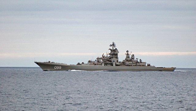 Тяжелый атомный ракетный крейсер Петр Великий во время прохода авианосной группы Северного флота России. Архивное фото