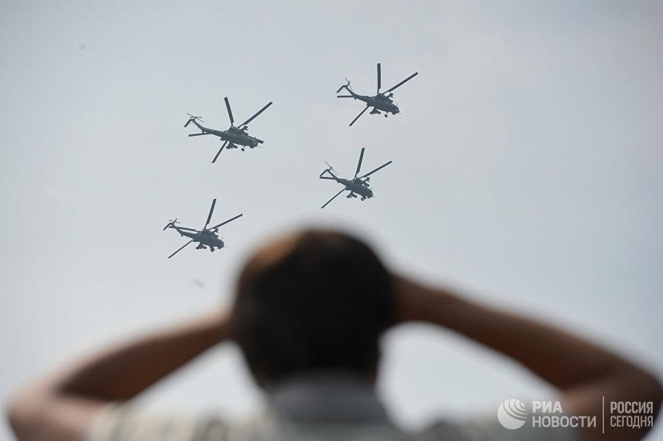 Выступление вертолетов пилотажной группы Беркуты из Торжка перед началом торжественного молебна и освящения техники Военно-воздушных сил РФ в подмосковной Кубинке
