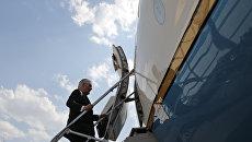 Государственный секретарь США Рекс Тиллерсон поднимается по трапу самолета