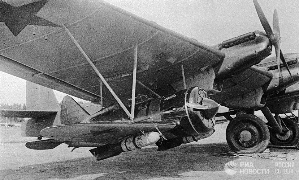 Под крылом самолета ТБ-3 подвешен истребитель И-16 с фугасной бомбой весом 250 кг