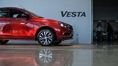 Автомобиль Lada Vesta в автосалоне