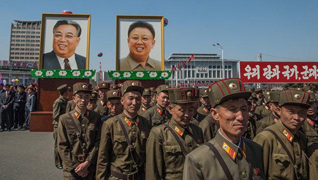 Портреты с изображениями Ким Ир Сена и Ким Чен Ира в Пхеньяне. Архивное фото