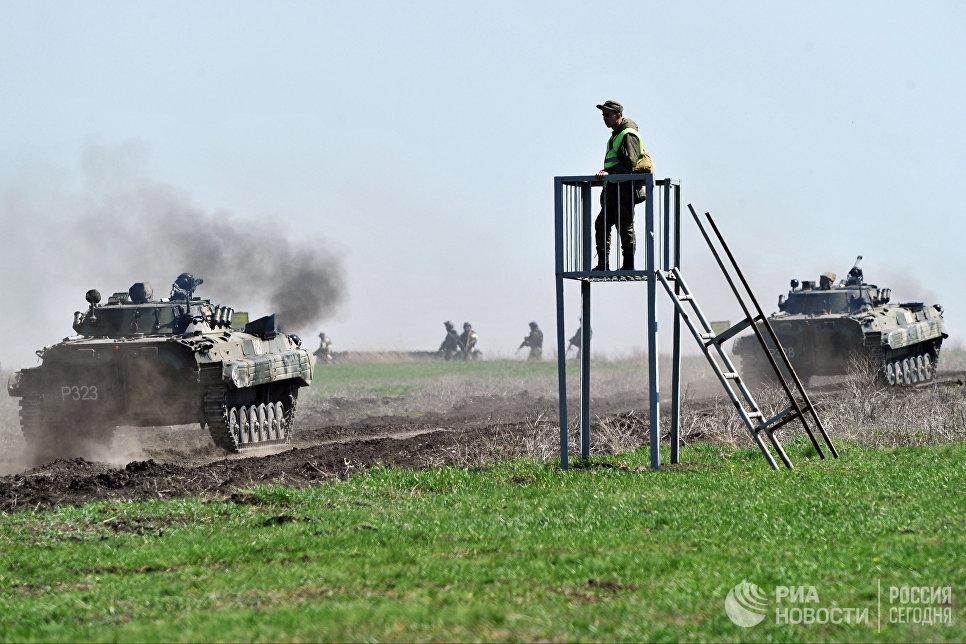 Боевые машины пехоты 150-й мотострелковой дивизии во время учебных стрельб на полигоне Кадамовский в Ростовской области