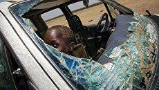 Ребенок играет внутри разрушенного автомобиля в Южном Судане. Архивное фото