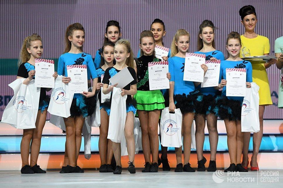 Спортсмены во время церемонии награждения на всероссийских соревнованиях по акробатическому рок-н-роллу Rock'n'Roll &CO. в Москве