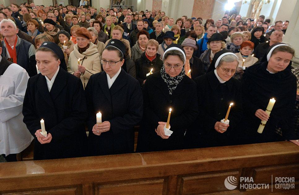 Верующие на пасхальном богослужении в архикафедральном соборе Святого Имени Пресвятой Девы Марии в Минске