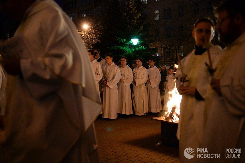 Священнослужители перед началом божественной литургии Навечерие Пасхи в Римско-католическом кафедральном соборе Непорочного зачатия Пресвятой Девы Марии в Москве