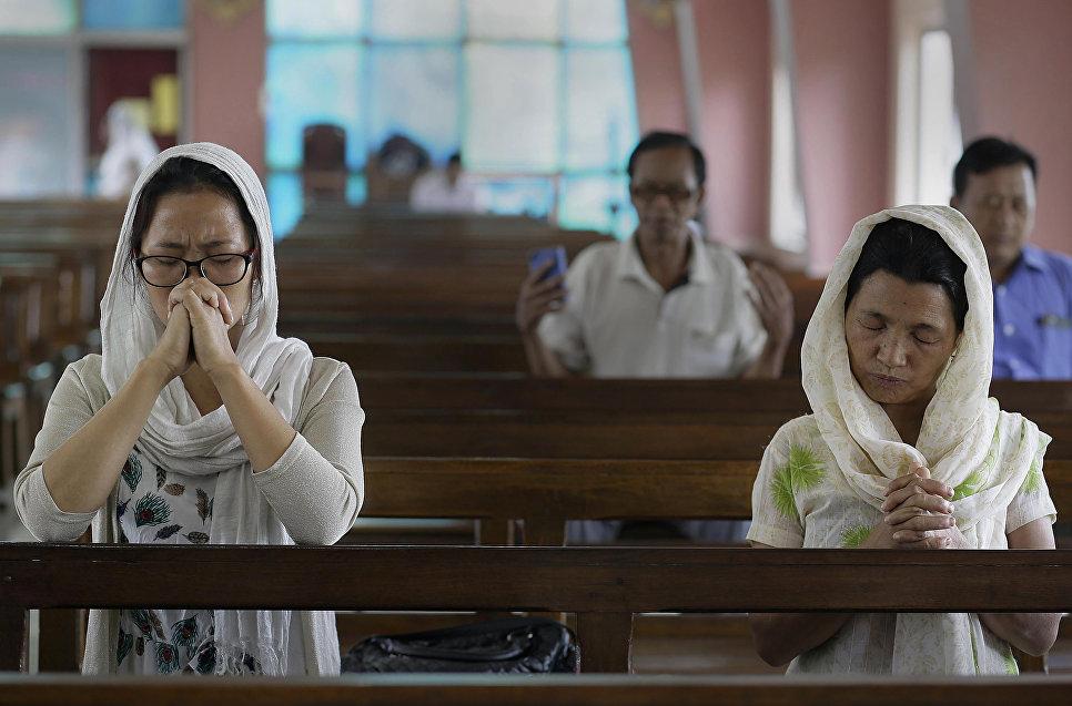 Верующие на пасхальной службе в церкви в Гаухати, Индия