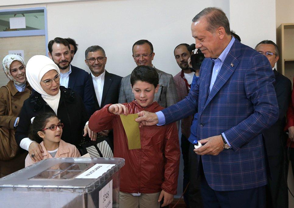 Президент Турции Тайип Эрдоган с супругой во время голосования на одном из избирательных участков Стамбула