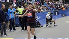 Первая женщина-участница Бостонского марафона Катрин Швитцер пересекает финишную линию. 17 апреля 2017