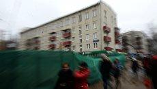 Прохожие идут мимо пятиэтажных жилых домов. Архивное фото