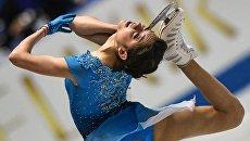Евгения Медведева (Россия) выступает в короткой программе женского одиночного катания на командном чемпионате мира по фигурному катанию в Токио. 20 апреля 2017